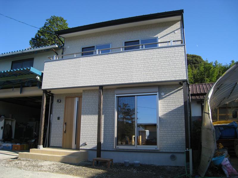 スキップフロアで大容量収納が実現のコンパクト住宅