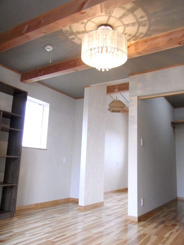 お客様こだわりの造作家具、照明器具を設置してスタイリッシュな空間に