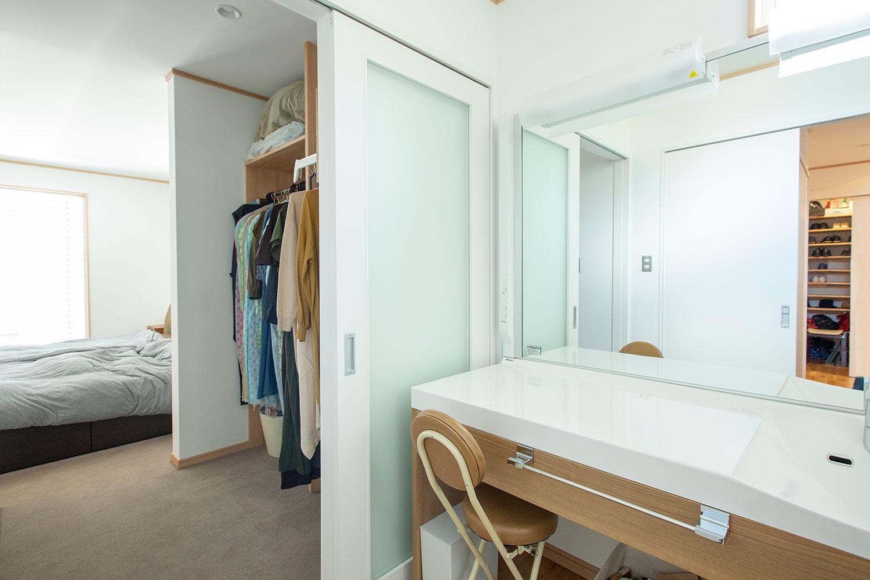 大人がゆったりと暮らせる空間:平屋の高性能デザイン住宅