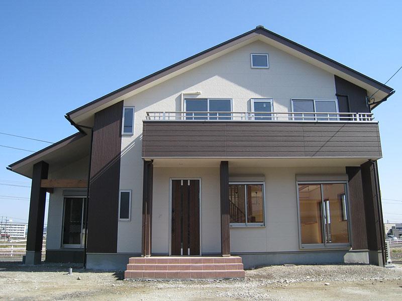 存在感のある大屋根と広々としたロフトが特徴の家