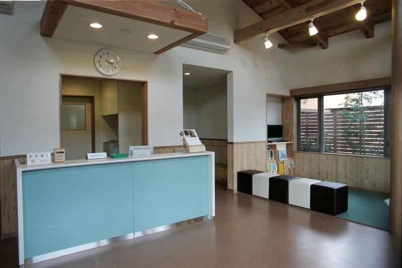 清潔感のある白と温かな木のぬくもりで来院者に柔らかな印象を与える医院